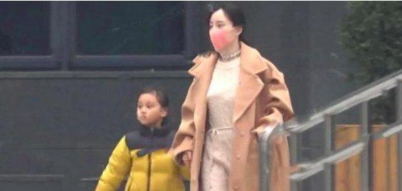 李小璐现身为女儿忙碌一脸憔悴 贾乃亮晒照颜值回归帅气撩人