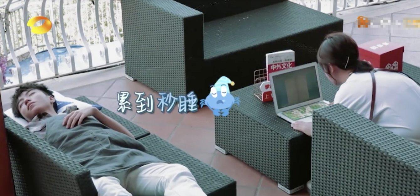 王俊凯在杨紫旁边的沙发上睡着,醒来发现披着女士外套,秒变直男