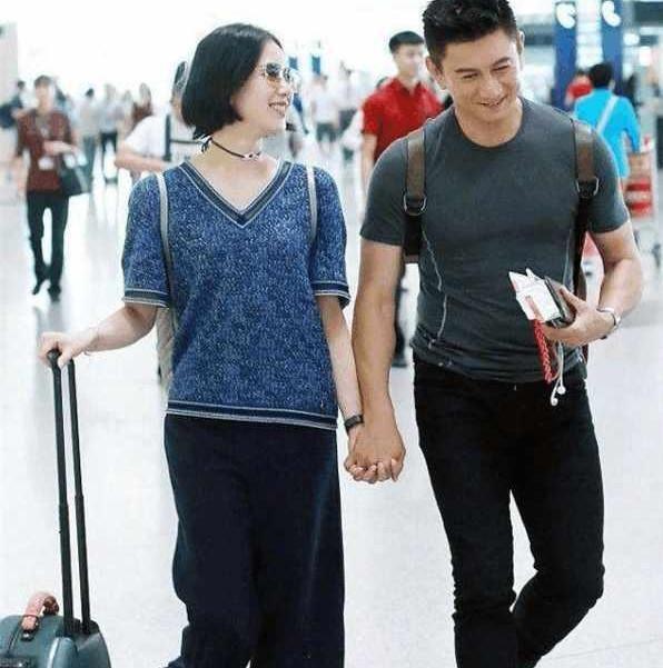 看了吴奇隆和老婆的合影,再看看修杰楷的,网友:有点差距!