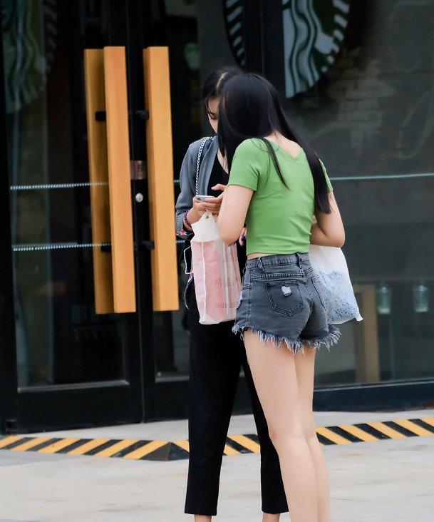 <b>谁说微胖女孩不好看?这位绿衣小姐姐转身那一刻,网友:打扰了</b>