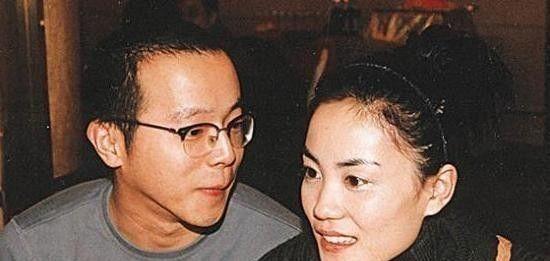离婚两次育有两女的王菲,仍然少女感十足,黄晓明竟显花痴脸