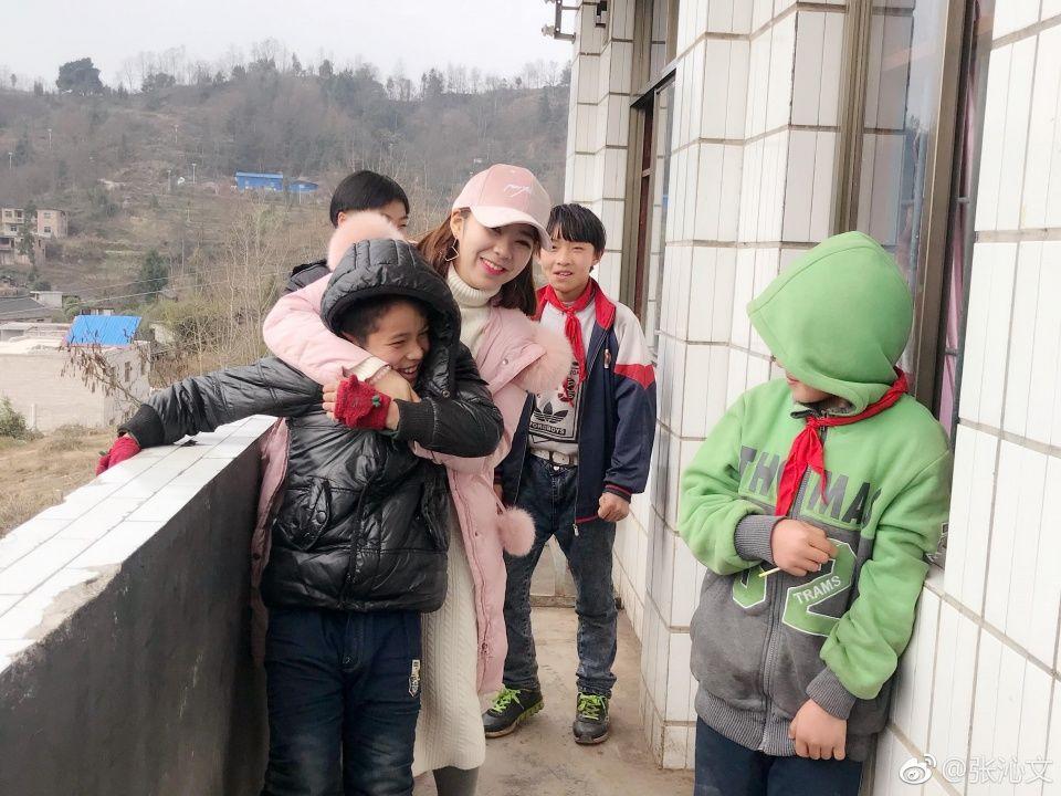 山村小学老师与学生作业本对话走红,孩子们的回复扎心