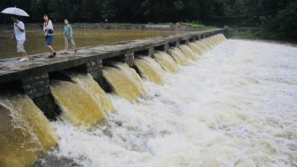 呼啸而下!雨后南山河流水量大涨形成瀑布,引市民围观