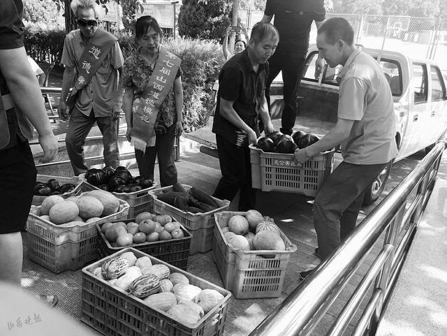 老年公寓收到志愿者送的爱心菜 又将爱心传递给消防官兵