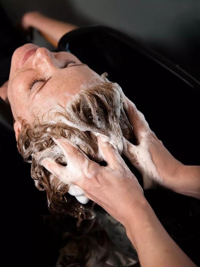助理妹子上手试了一下,洗发露是淡绿色的啫喱质地.图片