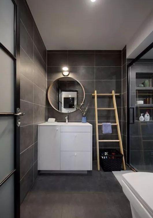 洗手台靠墙角设计,圆形镜子造型很独特,纯白色的柜子干净大方.