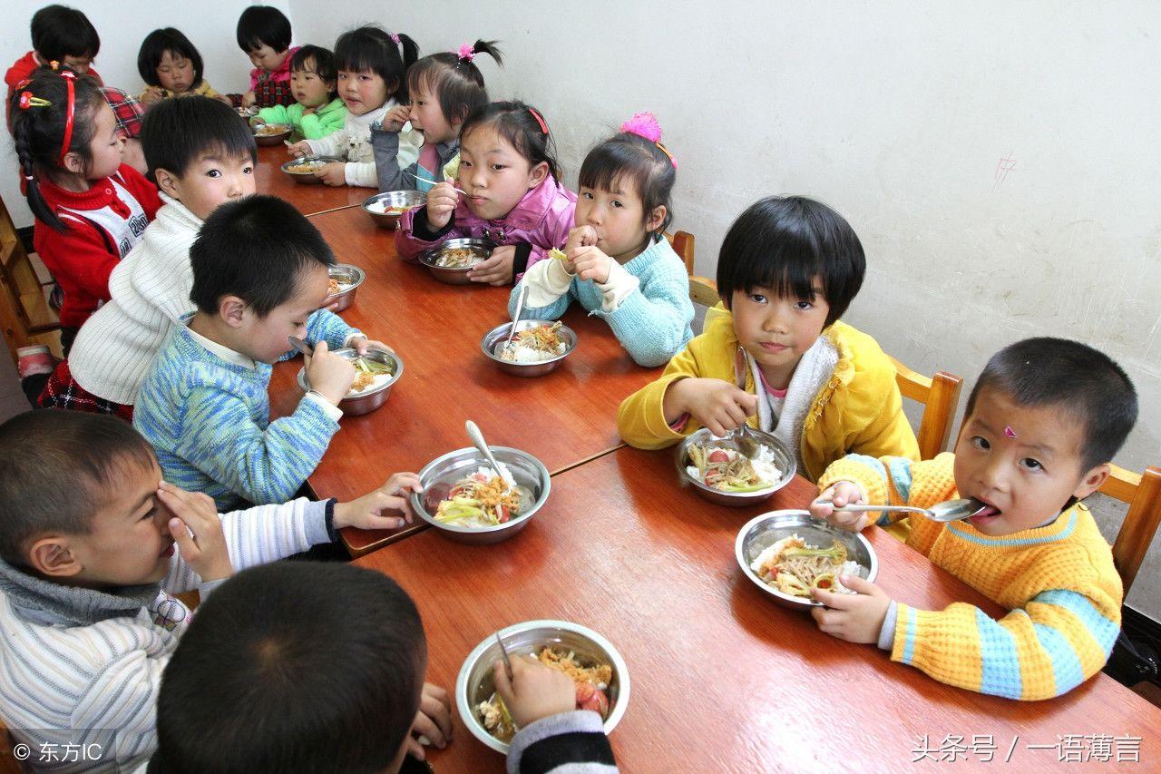 幼儿园里孩子们吃饭的情形,家长们看后不淡定了