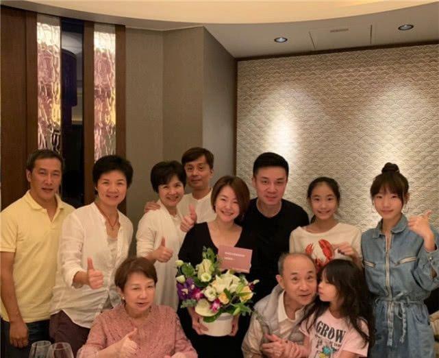 小s和老公带三个女儿去新加坡度假,许曦文调侃许老三被边缘了