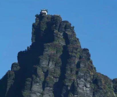 建在高山顶上的寺庙,充斥着各种危险?网友:难以阻止香客进香?