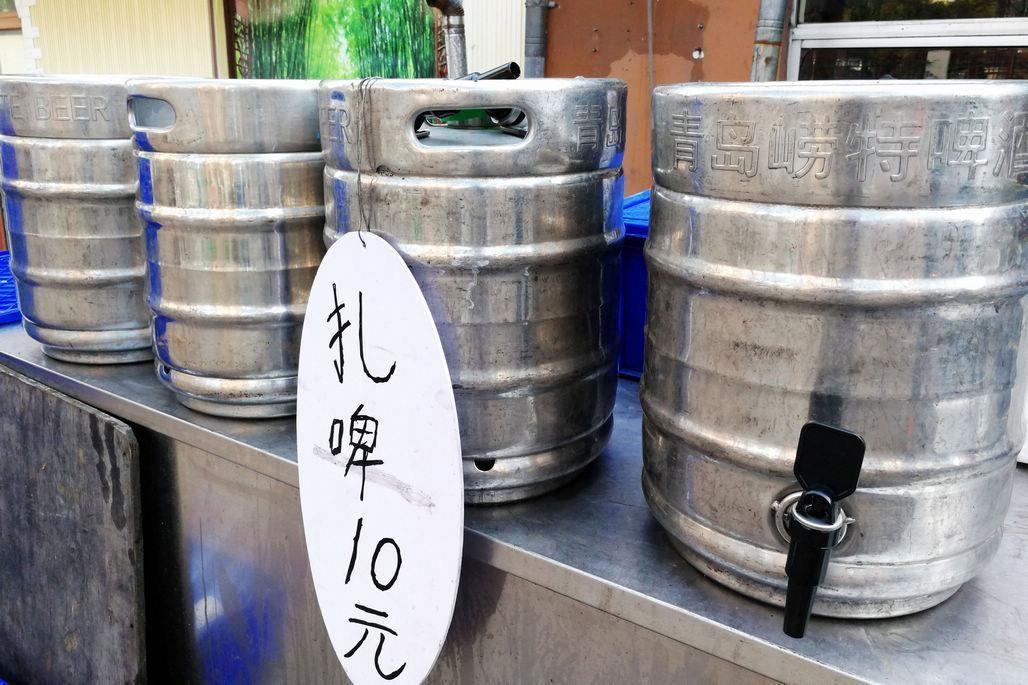 青岛的扎啤大多是用这种桶来装的,一桶几十斤,很多人会到酒店要上一桶,装到后备箱,就拉到海边自助烧烤了,这也是青岛人在周末最常见的消闲方式。小伙伴们到青岛后,也可以这样哦,酒桶和烧烤用具都是可以租用的,但海边烧烤后记得不要留下任何垃圾,保持沙滩卫生即可,有专门的烧烤沙滩,可以咨询当地的朋友或者下塔酒店。