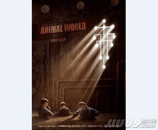 《赌博默示录》是由岛国漫画家福本伸行创作的开司赌博三部曲的第一部。第二部是《赌博破戒录》,第三部是《赌博堕天录》,从1996年开始在《周刊YOUNG MAGAZINE》上连载。该作被国内翻拍为电影并改名为《动物世界》。昨天《动物世界》官方公布了国际版海报,我们就一起来看看吧。  昨天《动物世界》官方公布了一张国际版海报,图中出现了三名主要角色,分别是由李易峰饰演的郑开司、由曹炳琨饰演的李军、以及由王戈饰演的孟小胖。他们三人位于海报最下方,下半身都被埋住了。整个海报都采用了深色,看上比较压抑。另外,奥斯卡