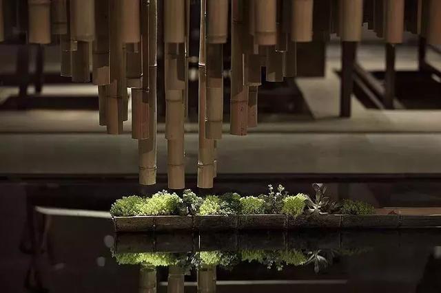 [案例一] 李晓鹏设计组 设计主创:李晓鹏 做为设计人从业20多年,终于有机会当甲方。忽然自己很迷茫。本案是自己公司的新办公室,做为设计人20年来本人始终喜欢中国文化,想在自己的办公室里体现自己的喜好!  谈到新中式或者禅意新中式,不得不想到日本,我个人认为日本的禅是功能性的,简洁、干净、而中国的禅是趣味性的。  本案墙面主要采用欧松板修边饰面,外喷灰色漆,在一些视线内采用老榆木木格栅做为点缀,让工作的人感到温暖。 办公室所有字都是当地一位很有影响力的已故书法家晚年的墨宝;还有些当代艺术界知名的艺术家