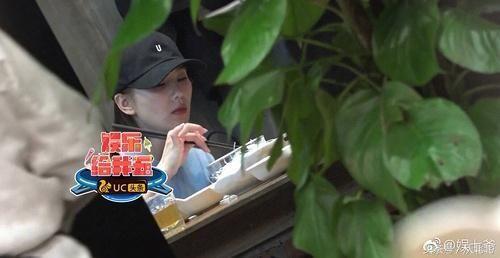不会用筷子的6个明星,刘诗诗翘手,张艺兴拳头握筷,赵丽颖自然