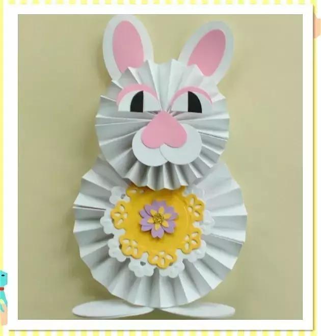 将两个折纸圆盘粘在一起,就可以做出立体兔子啦