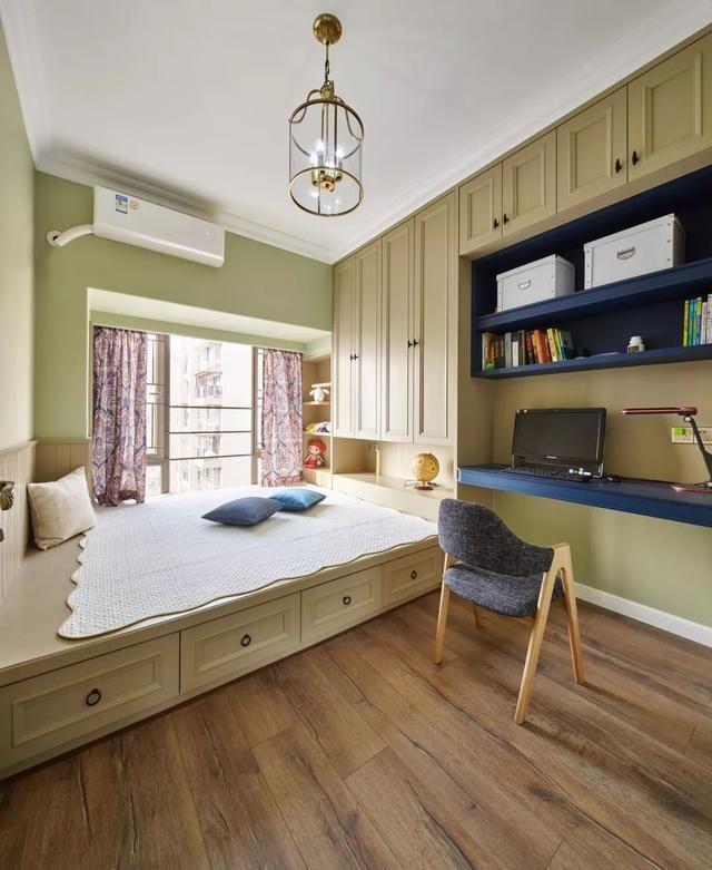 书房的书桌,书架与衣柜,榻榻米床组合一体设计,在木质感的地板衬托下