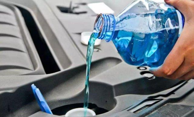 玻璃水为什么是蓝色?看完后,老司机不敢再自己勾兑玻璃水了!