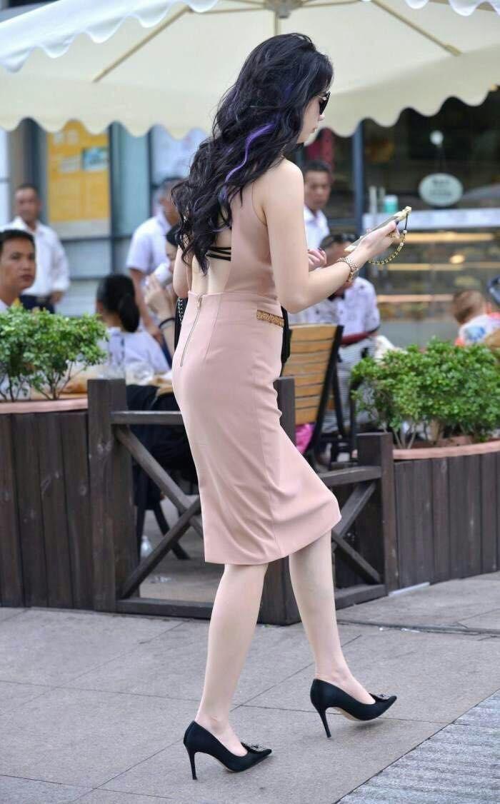 街拍紧身牛仔裤美女
