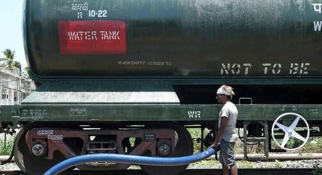 印度火车不但可以运人,也可以运水,印度派火车给钦奈送水