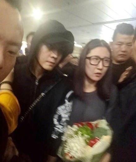 陈伟霆现身成都机场收到一束菜花粉丝:可以找火锅店开烫了!