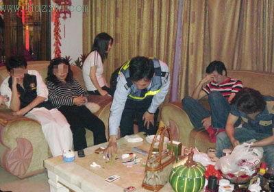 福州富婆召集3名男公关家中陪酒吸毒