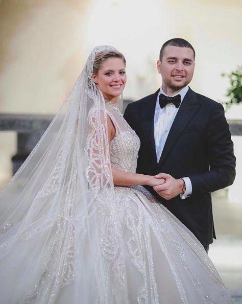 个公公也太宠儿媳了为,为她设计镶有15万颗水钻的婚纱,真懂女人