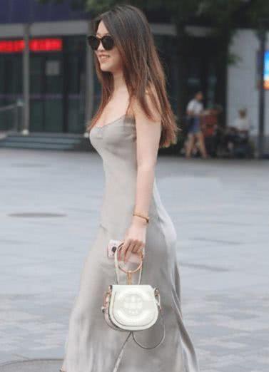 户外微胖美女穿上紧身裤,爱美的女人就应该拥有这样的标致!
