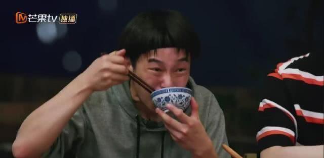 """彭昱畅收了粉丝送的大碗,""""彭一碗""""实名?最强下饭综艺男明星"""