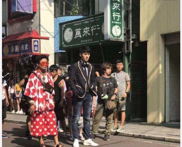 《唐人街探案3》日本路透照曝光,王宝强穿粉色裙子,非常扎眼