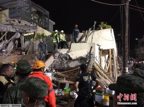 墨西哥地震后 救援队连夜抢救被埋学生 组图