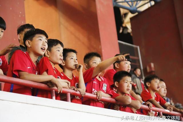 郑州经开区滨河第一小学足球队参加中超联赛中