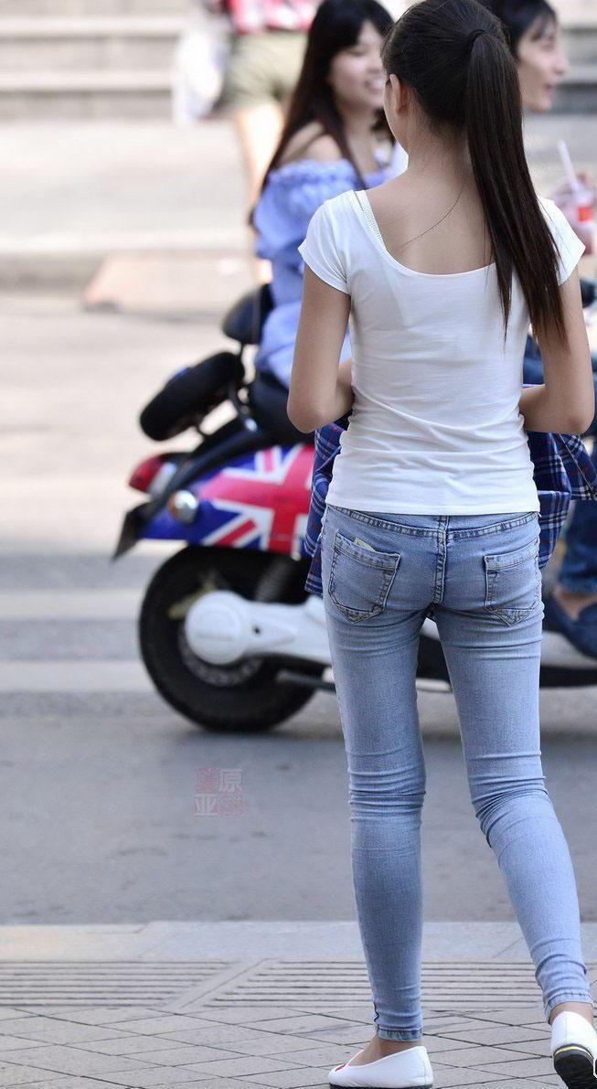 福新西路街拍:紧身牛仔裤美女,魅力十足