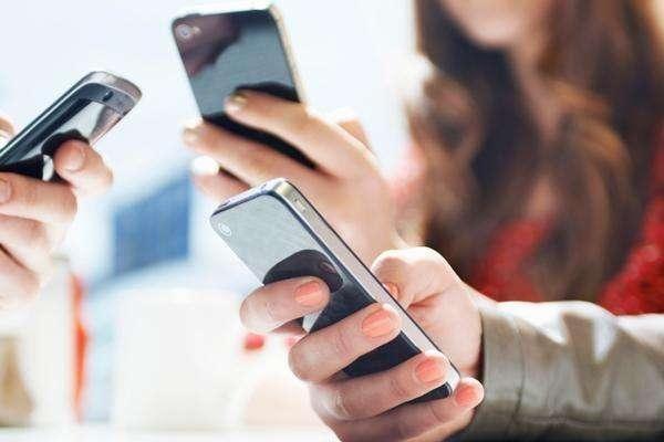 因手机玩情趣不陪自己小学生写手机v手机妈妈果冻玩小说用的图片