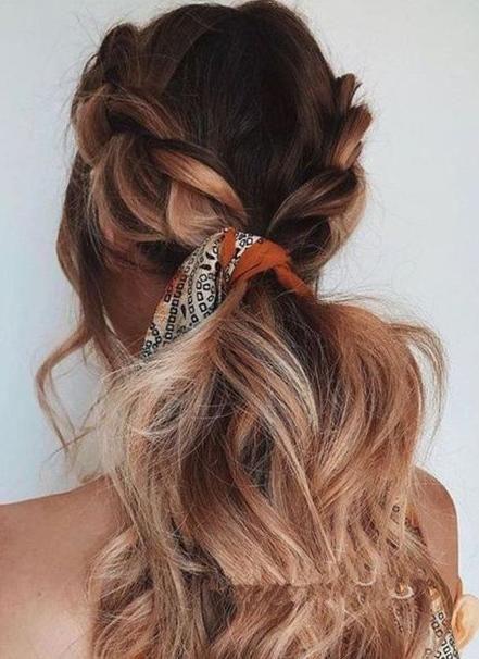 和麻花辫组合的编发造型,侧边编发之后再扎成马尾,感觉更加华丽,加上