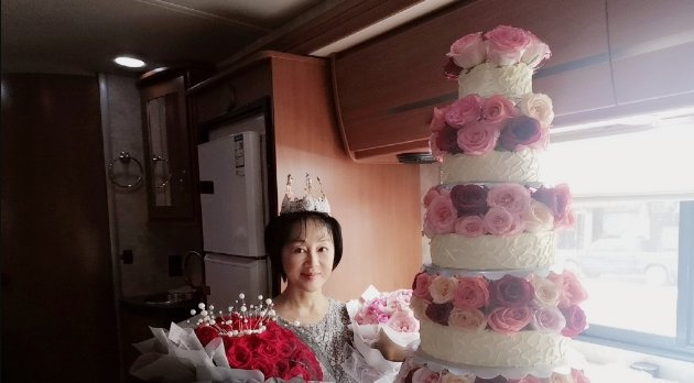 演员王姬56岁生日片场度过,女儿为妈妈庆生,母女同款白鞋很温馨