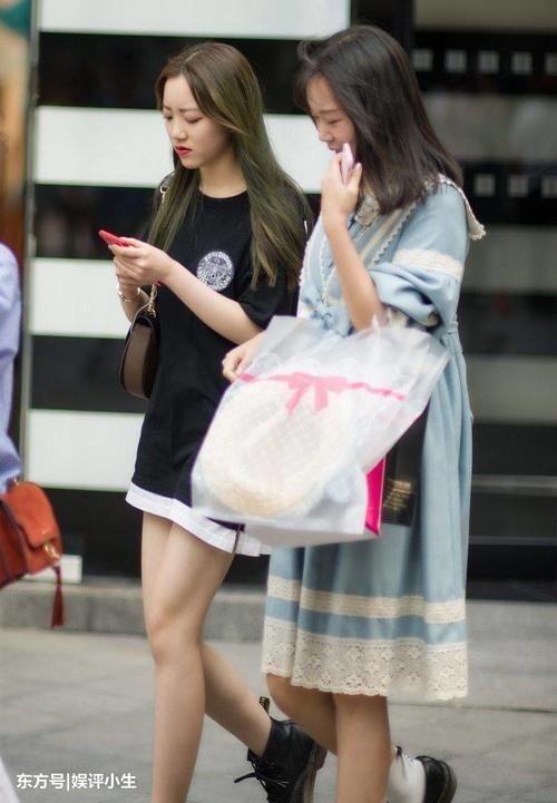优雅时尚网|重庆美女时尚街拍,小姐姐腿上有只猫哦!