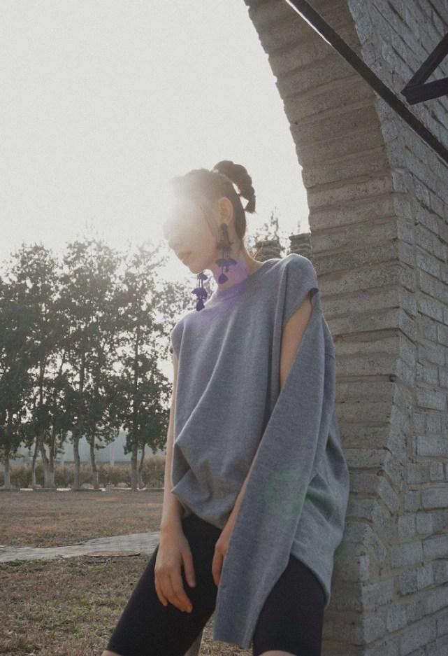 孙耀琦好个性,在毛衣袖子上剪个洞,变两种穿法,紧身打底裤吸睛