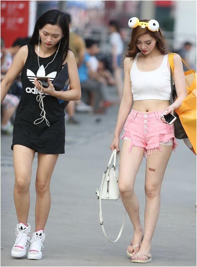 街拍:粉色牛仔热裤+白色紧身吊装的美女,小姐姐的装扮好可爱。  这个美女的这款牛仔短裤也是可爱到极致了,小姐姐的上身白色吊带很性感,头上的发箍甜美范儿十足,与粉色短裤的性感遥相呼应,更加的萌萌哒。  小姐姐这款短裤粉色的,布料质量仍是很好,弹性非常好,弹力也很足,不压腿。十分温馨,内里的绒面详尽柔嫩触感好。裤子质量真心不错,穿起来性感时髦,美美的,超级诱人。  身材姣好的小姐姐如果穿牛仔短裤,真的是再好不过了,既时尚又百搭,穿着更加的有型又能显得更瘦,穿起来也舒适。超级性感又有料,爱美的女孩可以体验一下