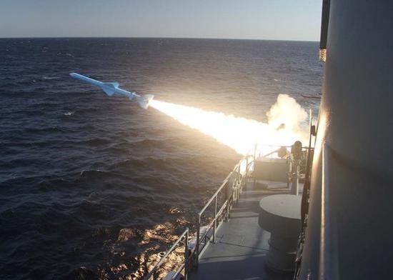 伊朗在霍尔木兹海峡军演首次成功潜射巡航导弹