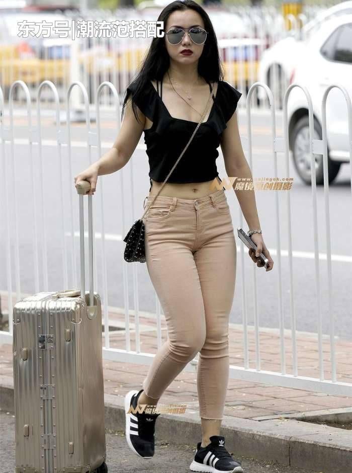 街拍: 紧身牛仔裤美女, 身材丰腴, 平常应该没少健身