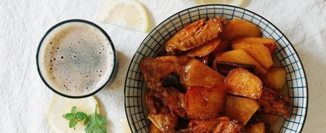 百吃不厌的家常菜,鸡翅外酥里嫩土豆软糯,一不小心就吃撑了