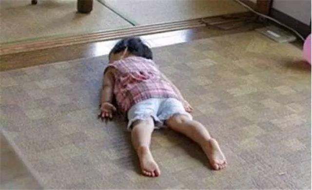 产妇难产去世,四岁女儿一直趴在地上睡觉,姥姥抱起来后泪流满面