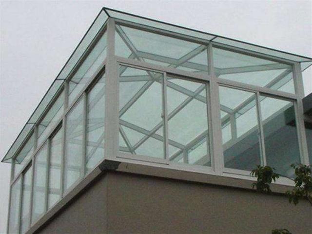 因为是钢结构阳光房,又省钱做了平顶,现在下雨水根本排不出去