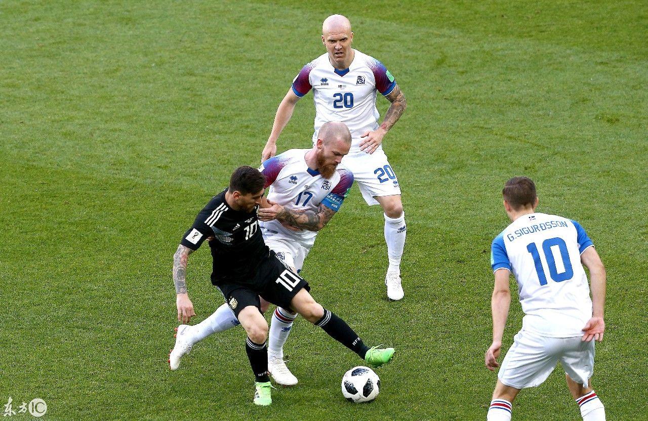 冰岛人深知梅西对于阿根廷队的重要性,只要他一拿球就遭遇多名冰岛