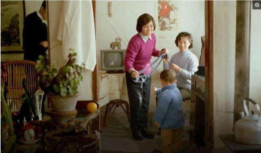 90年代历史老照片 图为三个农村的青年女子.