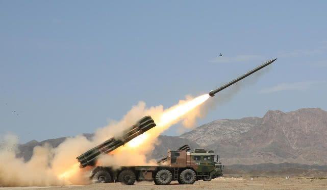 精度堪比导弹:新疆军区远火实弹射击 目标区域变成火海