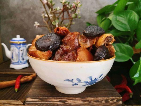 #硬核猪肉制作人#冬菇炖猪肘子土豆片炖菜谱图片