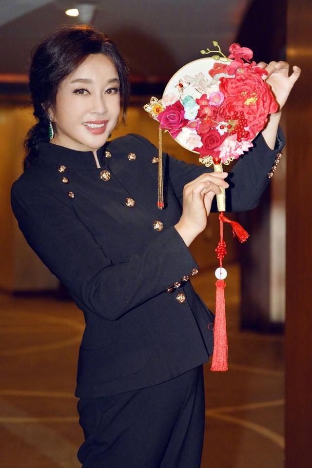 67岁刘晓庆不见老,条纹衬衫配牛仔裤清新减龄,拥有一颗年轻的心