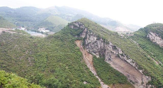<b>贵州东北部,这座大桥长1050米,高160米,不免让人赞叹!</b>