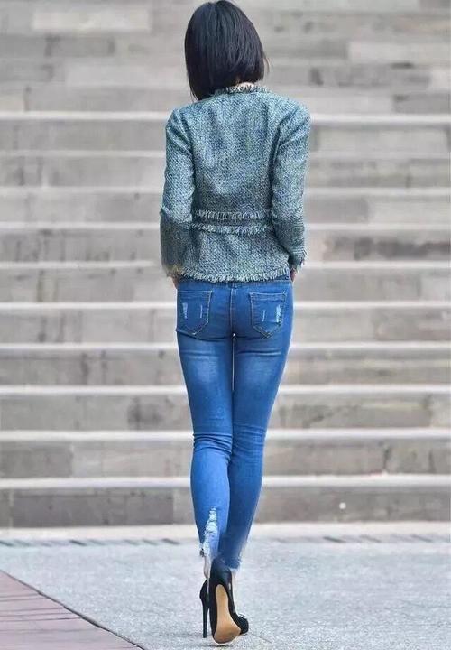 粉衣牛仔裤美女_街拍:高跟牛仔裤美女,虽不是国色天香,也还是一位知性