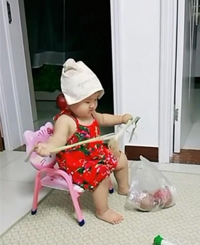 听妈妈说累不想做饭,2岁小人精宝宝扮成老太太,逗的妈妈笑坏了